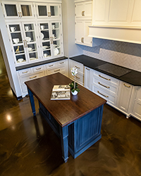 kitchen cabinets with losts of storage